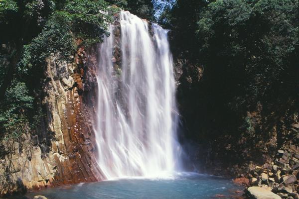 霧島「丸尾滝」は硫黄谷温泉の温泉水が流れる珍しい❝湯の滝❞