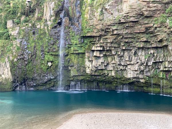 エメラルドグリーン色の美しい滝「雄川の滝」