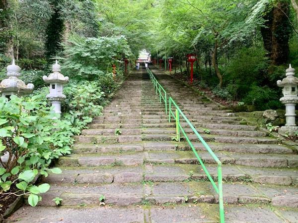 300段の石段をのぼった先にある歴史深い神社「新田神社」